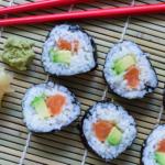 Maki Sushi mit Lachs & Avocado