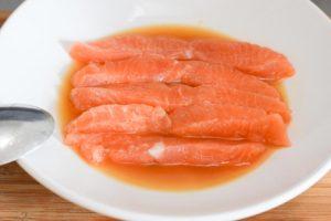 Maki Sushi mit Lachs & Avocado: Vorbereitung vom Lachs