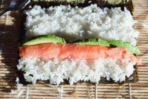 Maki Sushi mit Lachs & Avocado: platzieren der Einlagen