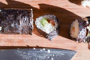 Maki Sushi mit Lachs & Avocado: mundgerechte Stücke schneiden
