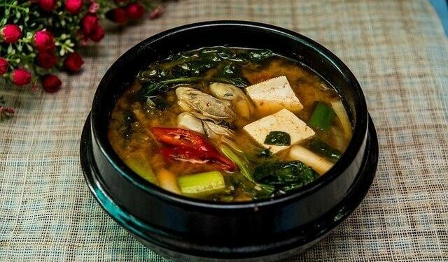 Vor dem Sushi-Genuss: Miso-Suppe als Vorspeise probieren